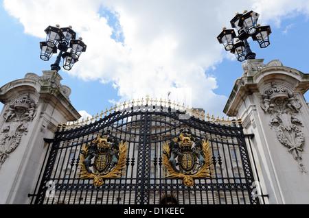 London, England - 30. Juni 2012: Die schwarz-goldenen vorderen Tore die Ostfassade des Buckingham Palace - Stockfoto