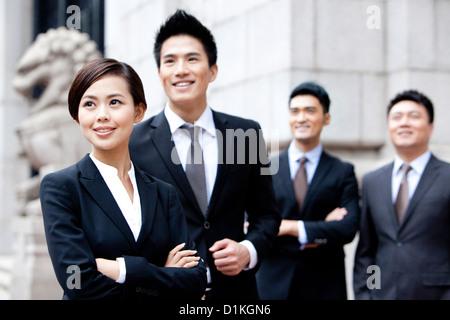 Zuversichtlich Geschäftsteam betrachten im Freien, Hong Kong - Stockfoto