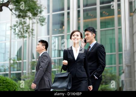 Fröhliche Büroangestellte in Bewegung im Freien, Hong Kong - Stockfoto