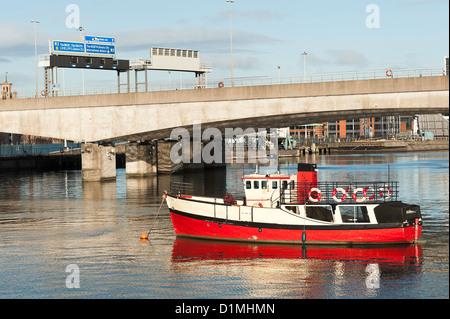 Die rote geschälten touristischen Boot Mona vor Anker in den Fluss Lagan in Belfast Nordirland Vereinigtes Königreich - Stockfoto