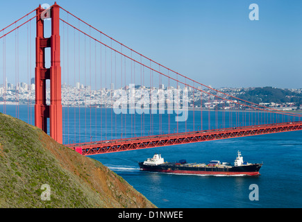 Container-Schiff segeln durch San Francisco Bay Unterquerung der Golden Gate Bridge, San Francisco, Kalifornien - Stockfoto