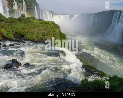 Foz de Iguazu auf der brasilianischen Seite. Ein Blick auf die riesigen u-förmigen Wasserfall, der Bestandteil der - Stockfoto