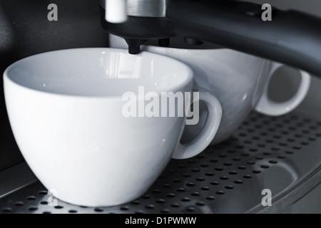 Leere weiße Keramikbechern in Espresso-Kaffeemaschine. - Stockfoto