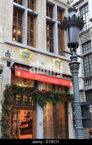 Eine belgische Chocolaterie in der Weihnachtszeit, in der Ecke von der Grand Place, Brüssel, Belgien - Stockfoto