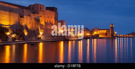 Dämmerung über königliche Festung und Eglise Notre Dame des Anges, Collioure, Languedoc-Roussillon, Frankreich - Stockfoto