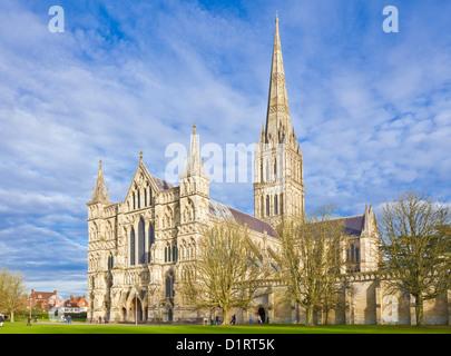 Mittelalterliche Turm der Kathedrale von Salisbury in der enge Salisbury Wiltshire England UK GB EU Europa - Stockfoto