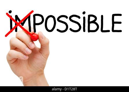 Hand das Wort unmöglich in möglich mit roten Markierung isoliert auf weiss zu verwandeln. - Stockfoto