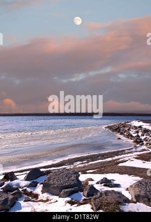 Mond und verschneiten Winterlandschaft Küste - Stockfoto