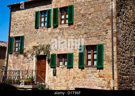 Europa, Italien, Toskana. Monticello. Villa im italienischen Stil mit grünen Fensterläden - Stockfoto