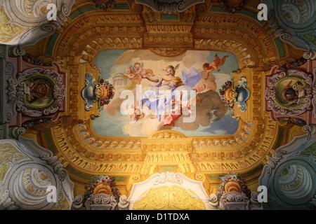 Deckenfresko in der berühmten Bibliothek des Klosters Stift Melk in Österreich. - Stockfoto