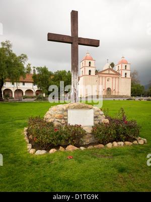 Mission Santa Barbara in California außen an stürmischen Tag mit Wolken - Stockfoto
