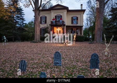Halloween-Dekorationen in der Abenddämmerung, zwei Geschichte Showcase Haus, USA - Stockfoto