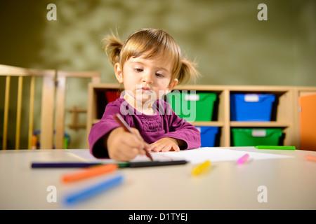 Junge kinder zeichnen mit bleistift am tisch stockfoto for Sofa zeichnen kinder