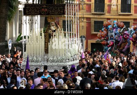 Jungfrau Maria Schwimmer (pasos) in der Straße durchgeführt, Semana Santa in Sevilla. Andalusien, Südspanien - Stockfoto