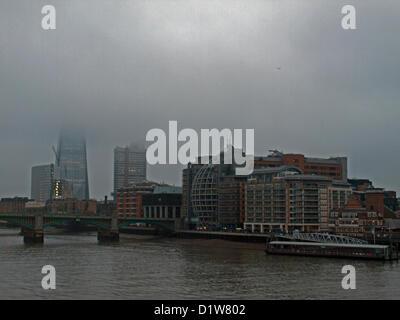 Oben auf dem Shard ist verdeckt durch eine Nebeldecke am 6. Januar 2013, London, England, Vereinigtes Königreich. - Stockfoto