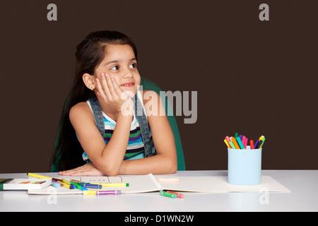 In Gedanken verloren lächelndes Mädchen - Stockfoto