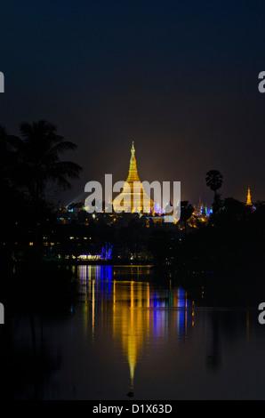 Beleuchtete Shwedagon-Pagode, reflektiert in den Kandawgyi See, Yangon, Myanmar - Stockfoto