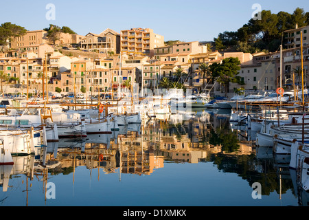 Port de Sóller, Mallorca, Balearen, Spanien. Blick über den Hafen, Sonnenaufgang. - Stockfoto
