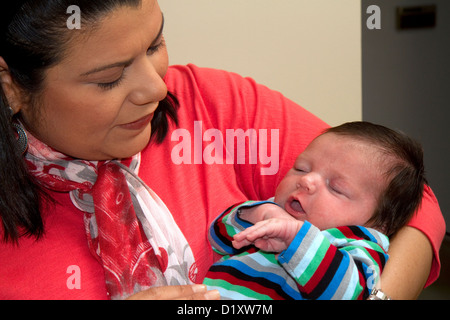 Hispanische Mutter hält ihren kleinen Sohn in Boise, Idaho, USA. HERR - Stockfoto