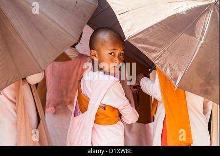 Eine junge buddhistische Nonne besucht Almosen in der Kyaukme Stadt, Shan-Staat Myanmar/Birma. - Stockfoto
