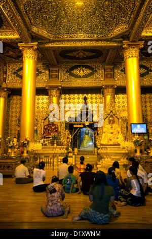 Buddhisten beten an der Shwedagon Paya befindet sich in Yangon (Rangoon), Myanmar (Burma). - Stockfoto