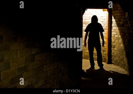 Eine Silhouette eines Mannes stehend in einem Tunnel unter dem Cal Neva Resort in Crystal Bay, NV. - Stockfoto