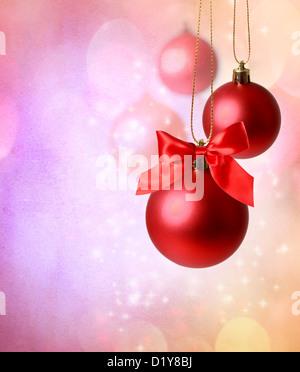 Rote von Christbaumschmuck über rosa Lichter Hintergrund - Stockfoto
