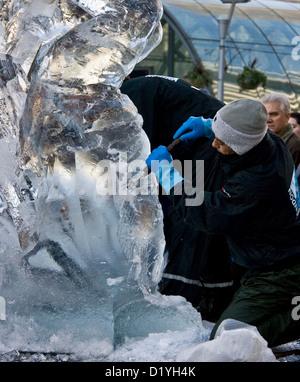 Mann sculpting Eis mit Meißel Eis Sculpting Festival Canary Wharf London England Europa - Stockfoto