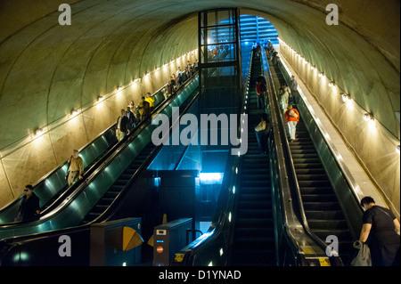 Rolltreppen an Washington DC-u-Bahnstation die Passagiere vom Straßenniveau und zu den Zügen - Stockfoto