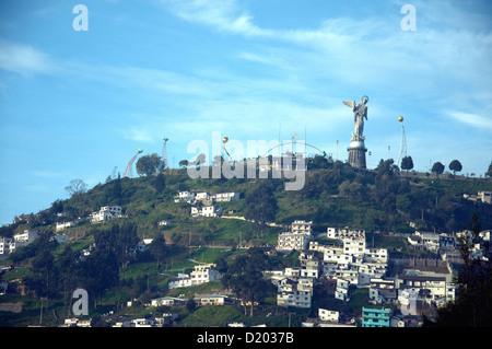 La Virgen del Panecillo, eine geflügelte Jungfrau oder Madonna-Figur sitzt auf einem Hügel am Rande der Quiito Ecuadors - Stockfoto