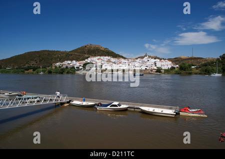 Blick über Rio Guadiana Fluss von Alcoutim in Richtung Sanlucr auf der spanischen Seite, Algarve, Portugal, Europa - Stockfoto