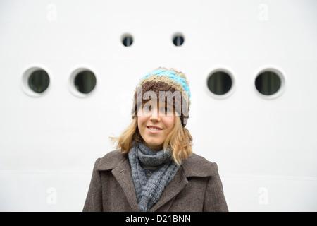 Junge britische Frau tragen Winterkleidung, Amsterdam, Noord-Holland, Niederlande - Stockfoto