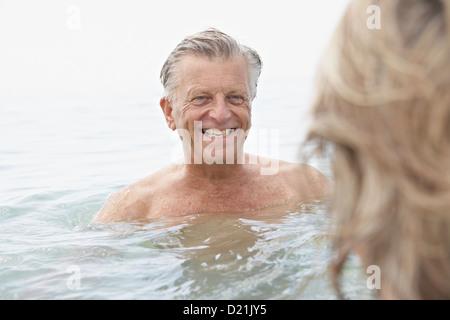 Spanien, älteres Paar, Schwimmen im Meer - Stockfoto