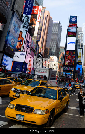 Times Square mit Taxis, New York, USA - Stockfoto