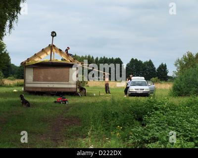 Herstellung Dach Gitter aus Holz Latten auf alten großen lebenden Anhänger - Stockfoto