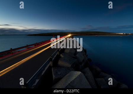 Lichtspuren auf Churchill Barriers, Orkney Inseln - Stockfoto