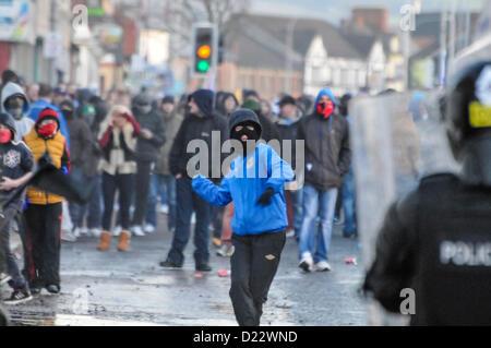 12. Januar 2013, Belfast, Nordirland. PSNI gekommen unter Angriff von maskierten Randalierer in Ost Belfast nach - Stockfoto