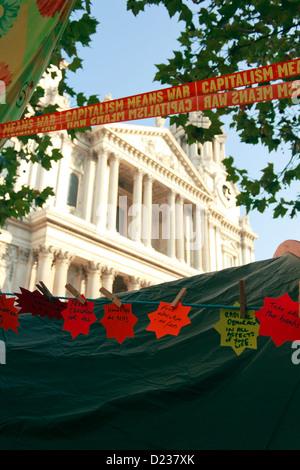 Anti-Kapitalismus-Banner angezeigt von London besetzen Demonstranten über die Zelte vor der St. Paul Kathedrale, - Stockfoto