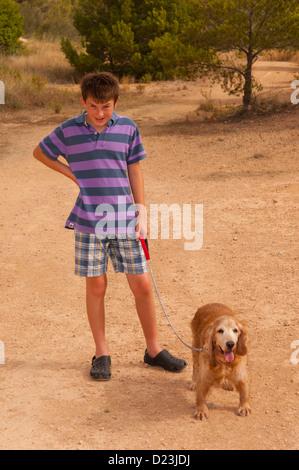 Ein 12 Jahre alter Junge, ein Cocker Spaniel Hund in Spanien - Stockfoto