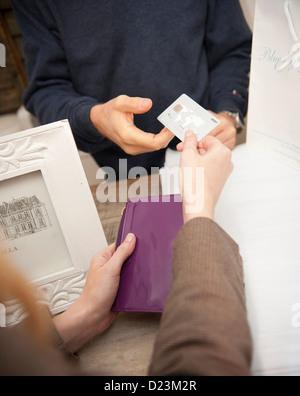Ein Zahlung per Kreditkarte in einem Geschäft Kunden hautnah - Stockfoto
