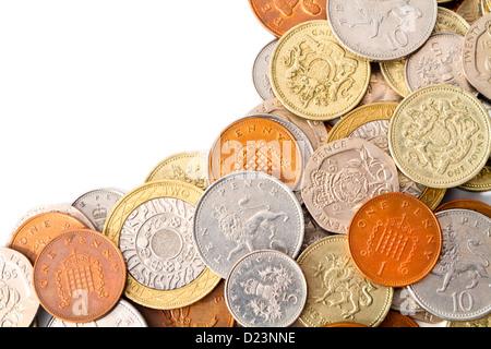 Ein Stapel der modernen Großbritannien Münzen mit weißen textfreiraum auf der linken Seite für den Designer. - Stockfoto