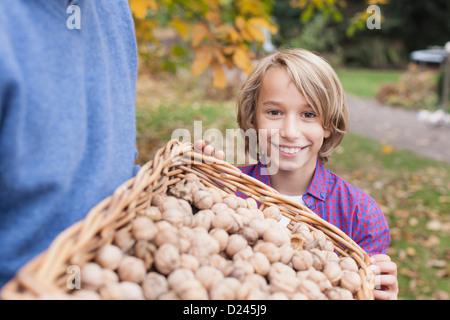 Deutschland, Leipzig, Vater und Sohn sammeln Walnüsse - Stockfoto