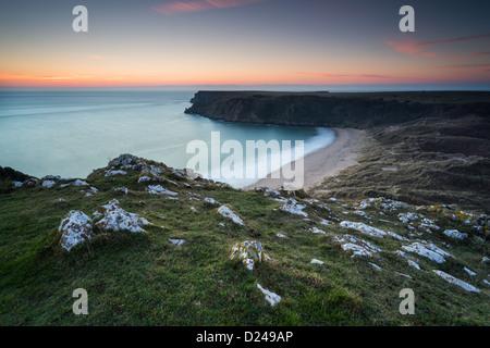 Barafundle Bay in Pembrokeshire, Wales. Winter-Sonnenuntergang über den goldenen Strand und Dünen. - Stockfoto