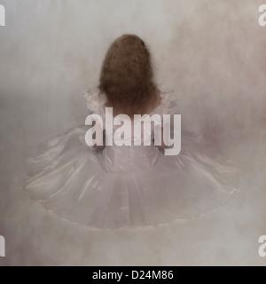 eine Frau in einem weißen Brautkleid ist auf dem Boden sitzen. - Stockfoto