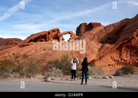 zwei weibliche asiatische Touristen posieren und fotografieren vor Arch Rock im Tal des Feuers Staatspark Nevada, - Stockfoto