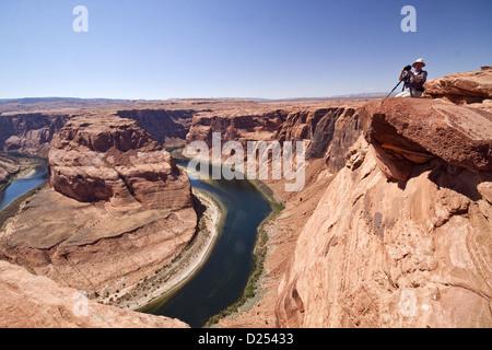 Photogarpher der Horseshoe Bend übersehen Colorado River Glen Canyon machen 270 Kurve in eingefahrenen Mäander fließt - Stockfoto