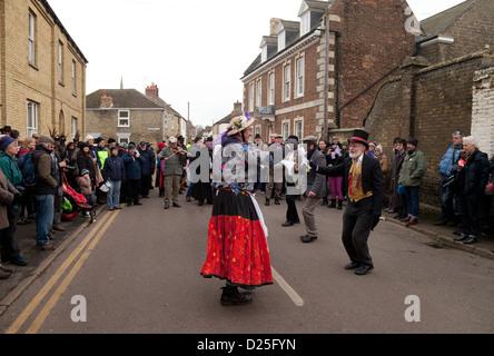Alten jagt Molly Morris Tanz auf der Straße, Whittlesey Stroh tragen Festival Cambridgeshire UK 2013 - Stockfoto