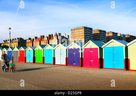Farbenfrohe Strandhütten und Gebäude entlang der Promenade von Hove Strandpromenade, Brighton & Hove, East Sussex, - Stockfoto