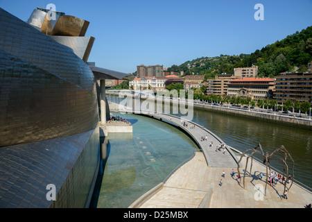Ria de Bilbao Guggenheim Museum Bilbao (Museum für moderne und zeitgenössische Kunst) von Gehry entworfen - Stockfoto
