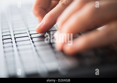 Nahaufnahme der Hände auf der Tastatur tippen - Stockfoto